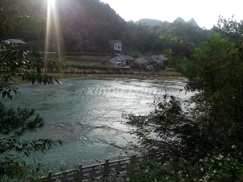 晚景,有越南美女河边洗头发