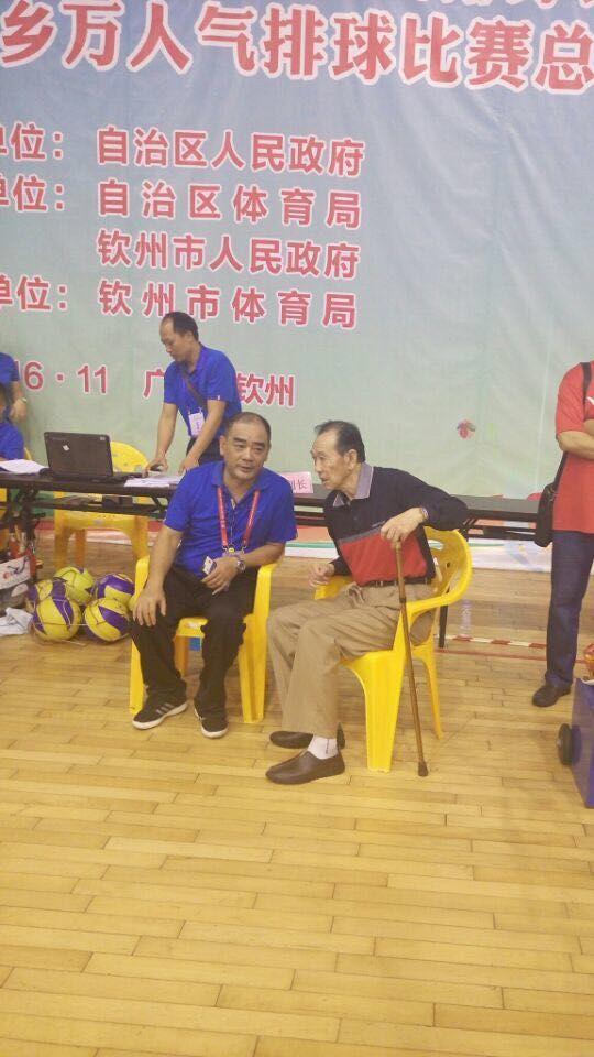 刘春光老师与中国女排首任主教练李安格教授亲切攀谈