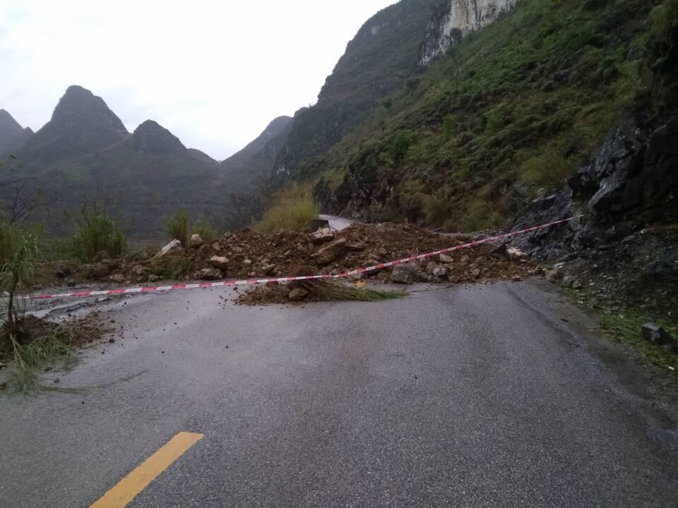 塌方路段两端设置明显的禁通障碍物