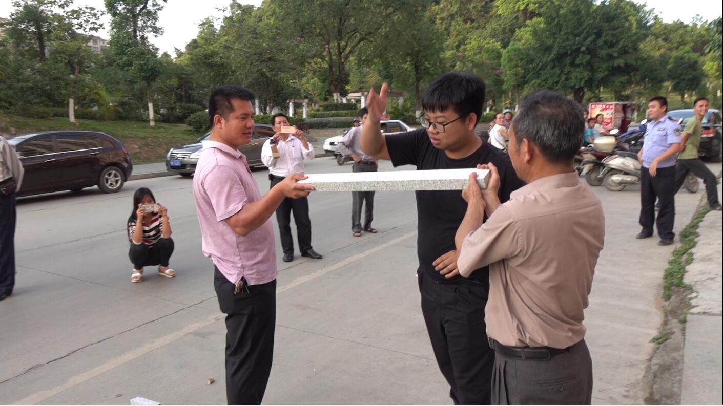 这双枪老师真的帅啊!举起他那条硬邦邦的家伙——大理石。