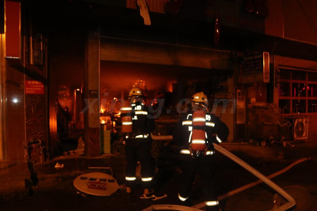 对厨房着火部位进行处置.JPG