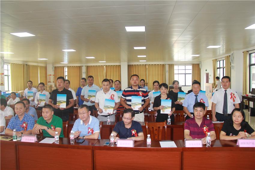 6会员单位签署物协自律公约.JPG